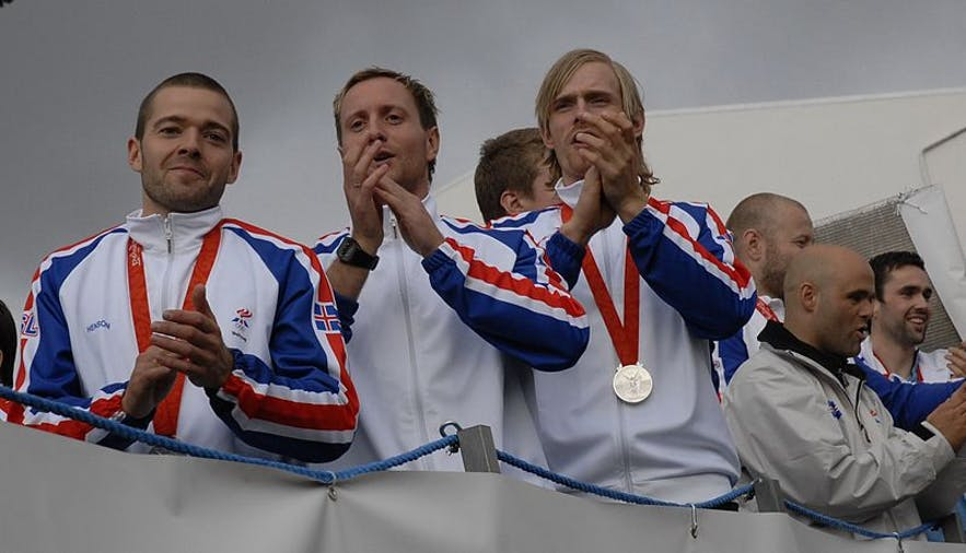 The Icelandic handball team with their Olympic silver medals