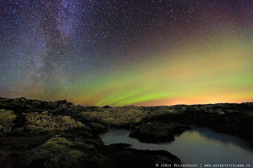 Kolorowa zorza polarna nad Parkiem Narodowym Thingvellir.
