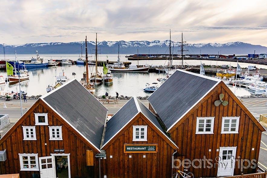 La encantadora bahía Skjálfandi con sus características montañas nevadas