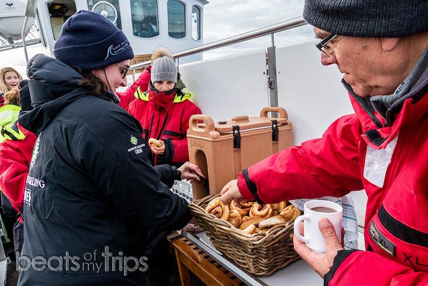 Chocolate calentito y bollo de canela que nos supo la mar de rico en este frío mar de Groenlandia