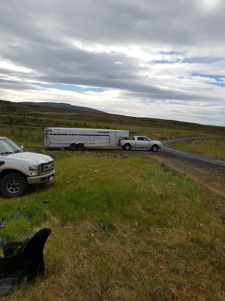 Riesiger Pferdeanhänger in der Nähe von Thingvellir.