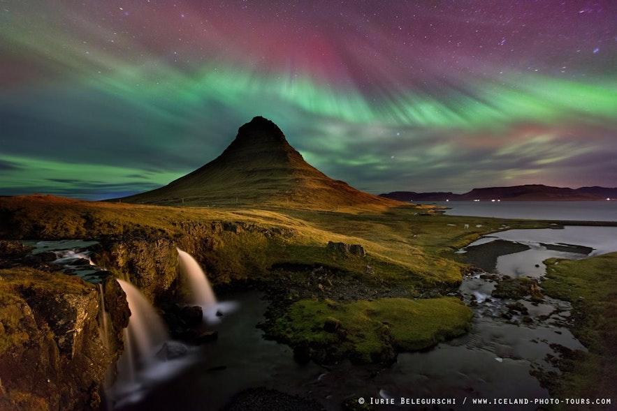 冰岛西部斯奈山半岛教会山顶的北极光