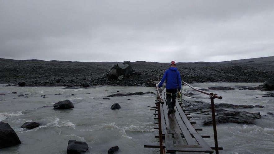 Atravesando el puente de madera