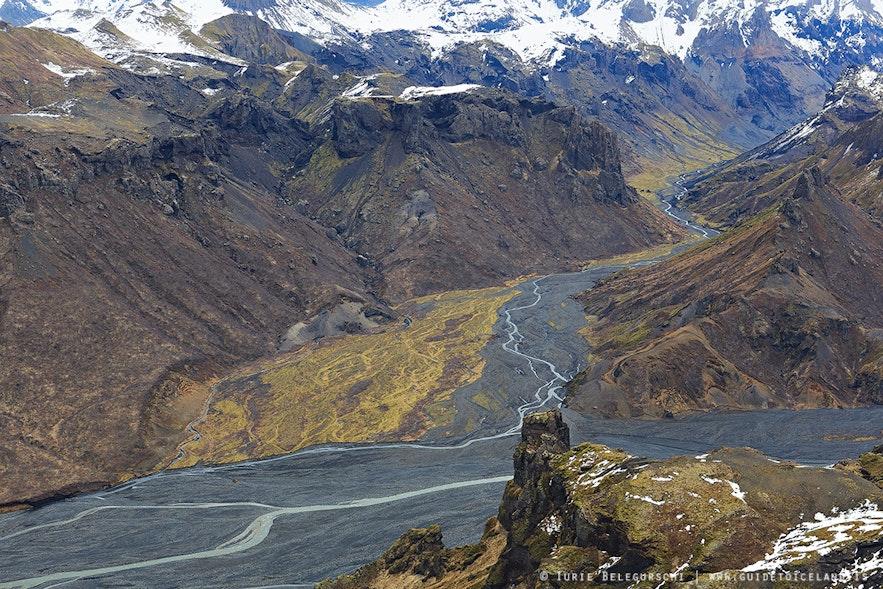 아이슬란드 고원지대의 산은 여름에도 눈으로 덮여 있습니다.