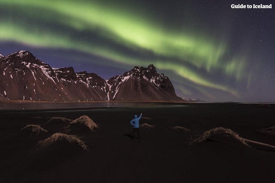 Nordlyset som skinner over Vestrahorn på Øst-Island.