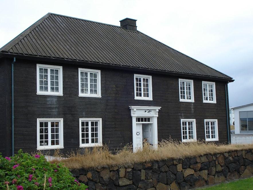 房体黝黑的挪威房屋