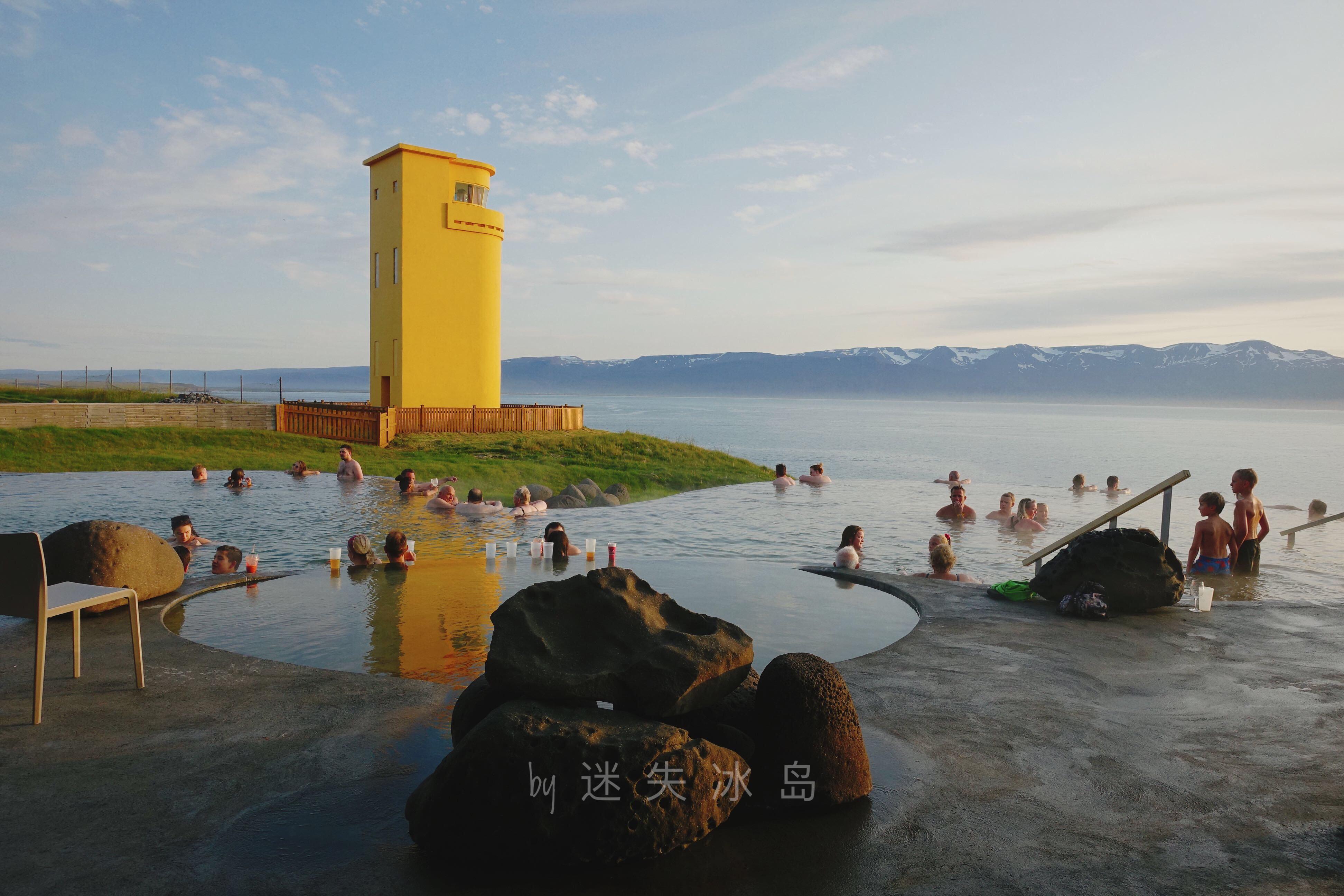 La piscina geotérmica de Geosea está justo al lado del mar y tiene un encantador faro amarillo a su lado.