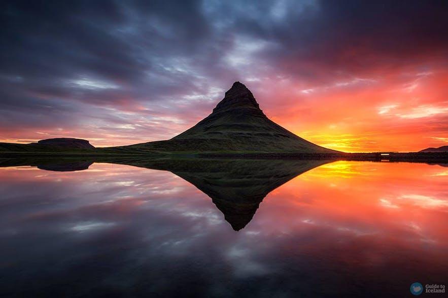 Góra Kirkjufell podczas białych nocy, półwysep Snaefellsnes