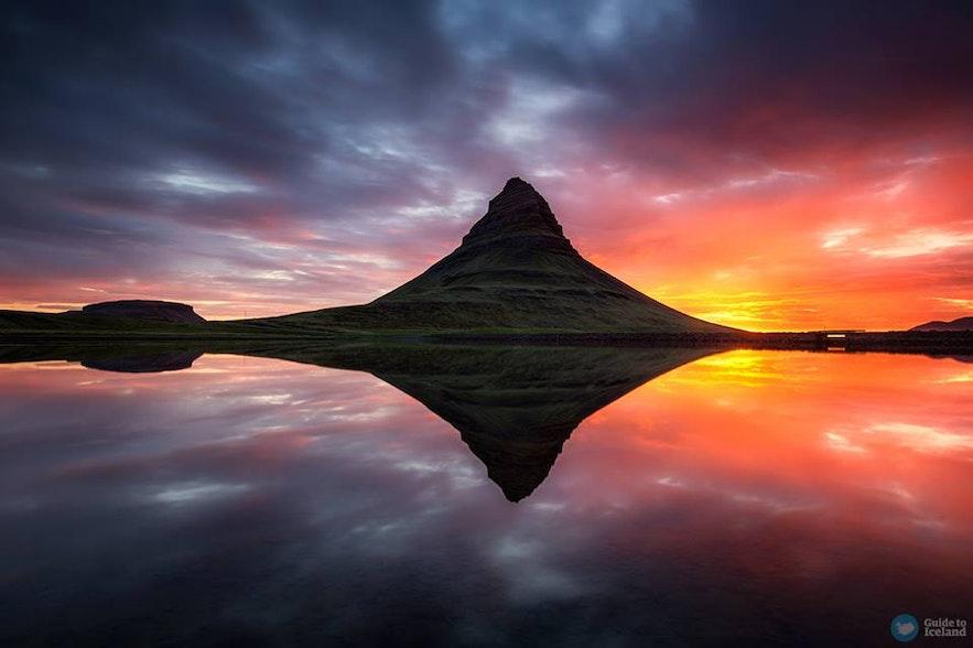 Midnattssol vid berget Kirkjufell
