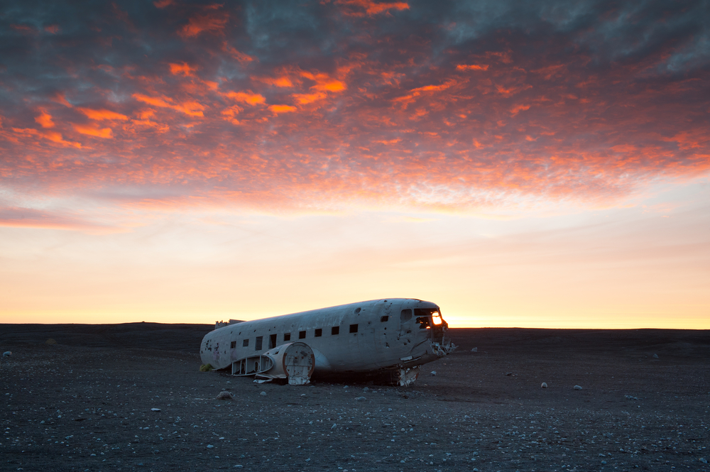 厳しい自然環境の中に取り残されたDC-3の飛行機の残骸は非日常感溢れる不思議な風景。