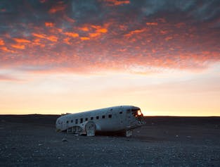 Los contrastes de luz alrededor del área crean increíbles paisajes para fotos, haciendo que el avión DC-3 se haya convertido en un lugar favorito para los fotógrafos que visitan Islandia.
