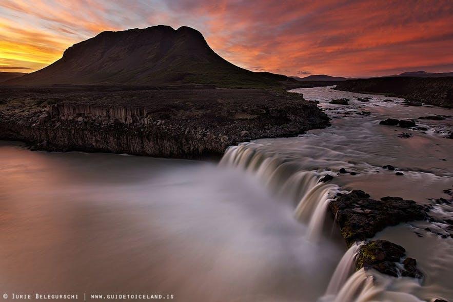 Białe noce panujące latem na Islandii, jeden z wodospadów