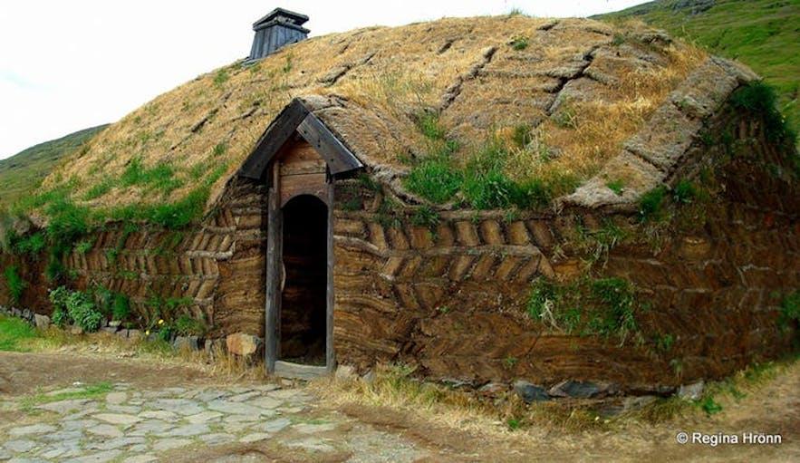 에릭 더 레드 바이킹의 롱 하우스를 복원한 잔디 주택, 아이슬란드 서부에 위치해 있습니다
