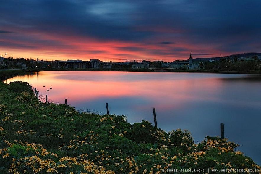 Zachód słońca odbijający się w jeziorze, lato na Islandii