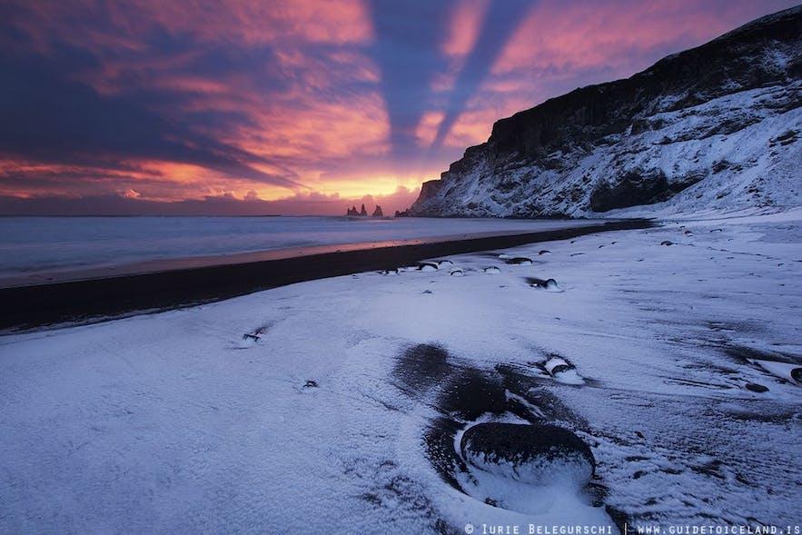 冰岛南岸维克镇黑沙滩Reynisfjara的冬季景色
