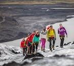 กลุ่มคนกำลังปีนเกลเซียร์ไปถ้ำน้ำแข็ง