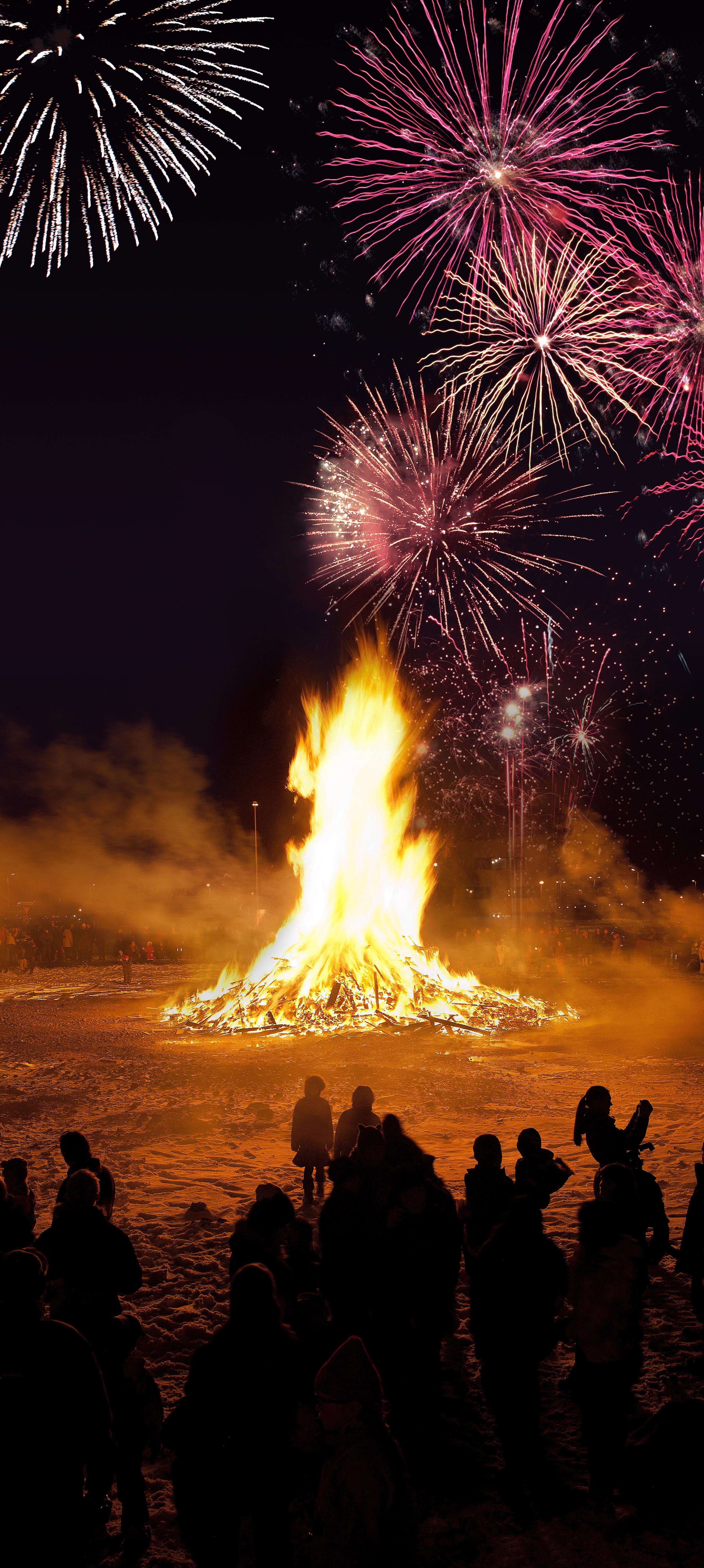 每逢新年,冰岛首都雷克雅未克各地就会燃放起烟花、点燃起篝火