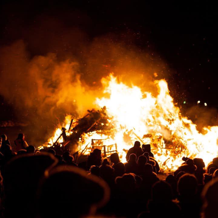 ในคืนปีเก่านั้นเป็นการดีในการเฉลิมฉลองต้อนรับคืนปีใหม่