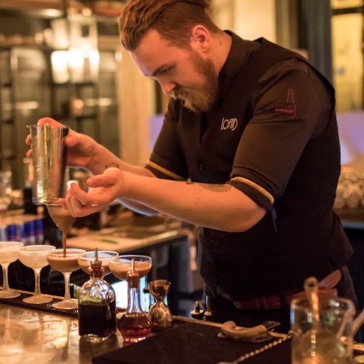 A mixologist mixes cocktails on the Reykjavik Bar Crawl