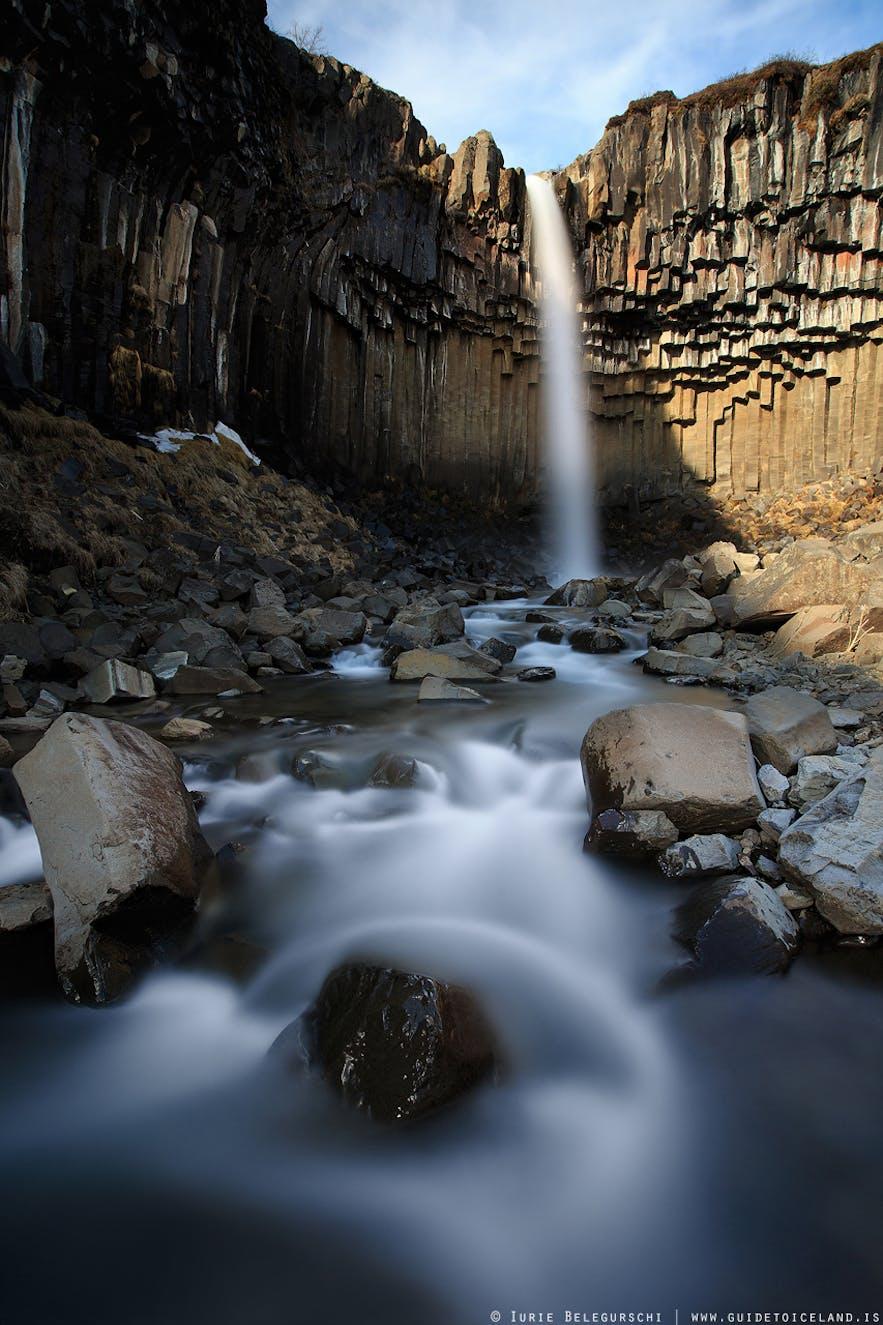 이 폭포는 남동부 아이슬란드의 스카프타펠 국립공원 내에 자리하고 있습니다.