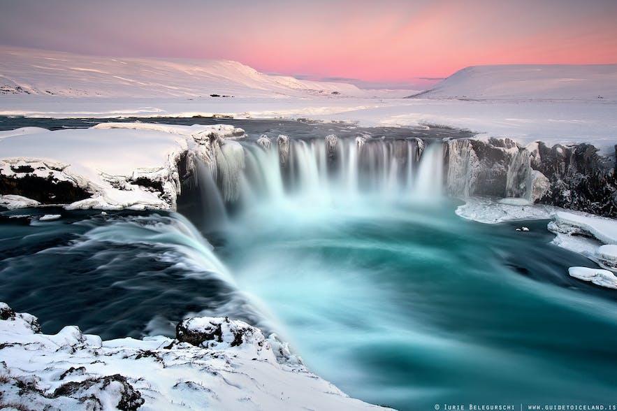 북부 아이슬란드 스캴판다플료트강에 자리한 고다포스 폭포.
