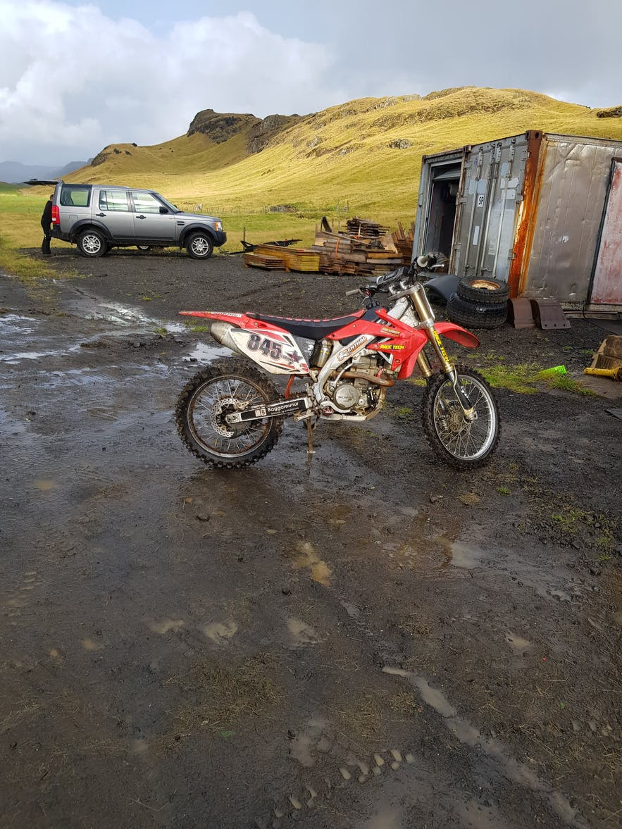 Motorcrossbike auf isländischer Schafsfarm.