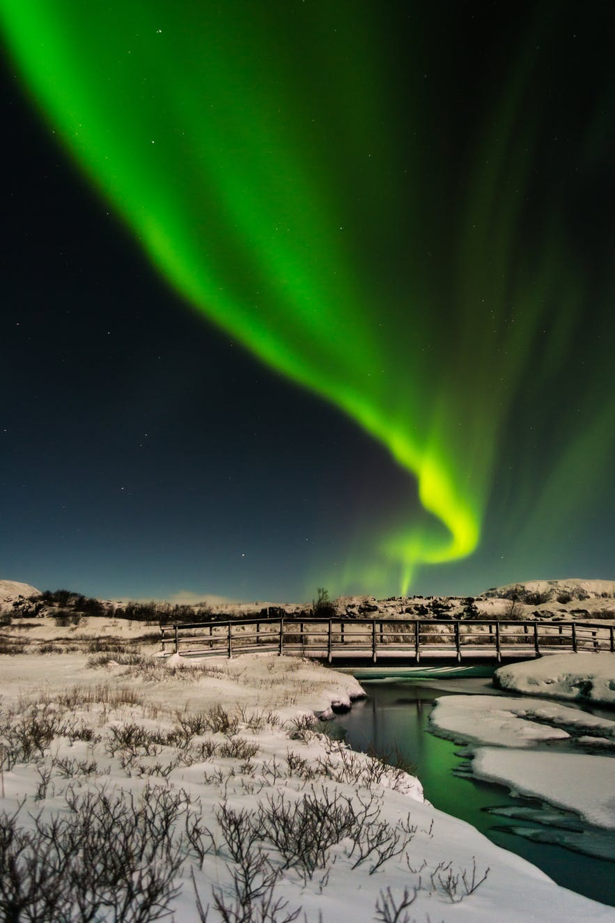 冰島首都地區的郊區拍攝極光