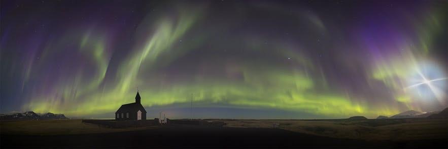 冰島西部斯奈山半島的全景模式極光照