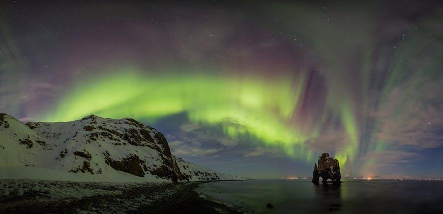 冰島北部Hvítserkur犀牛石的極光全景