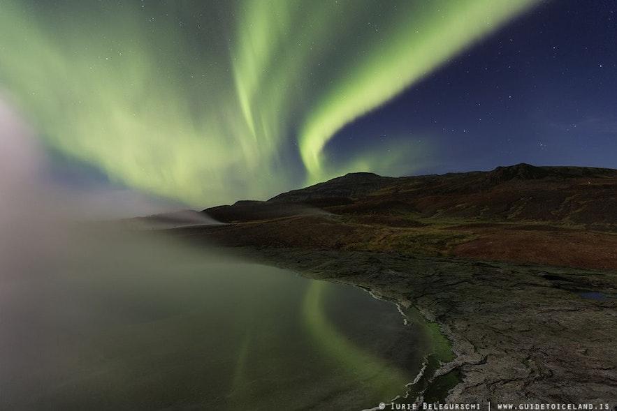间歇泉地热区的北极光