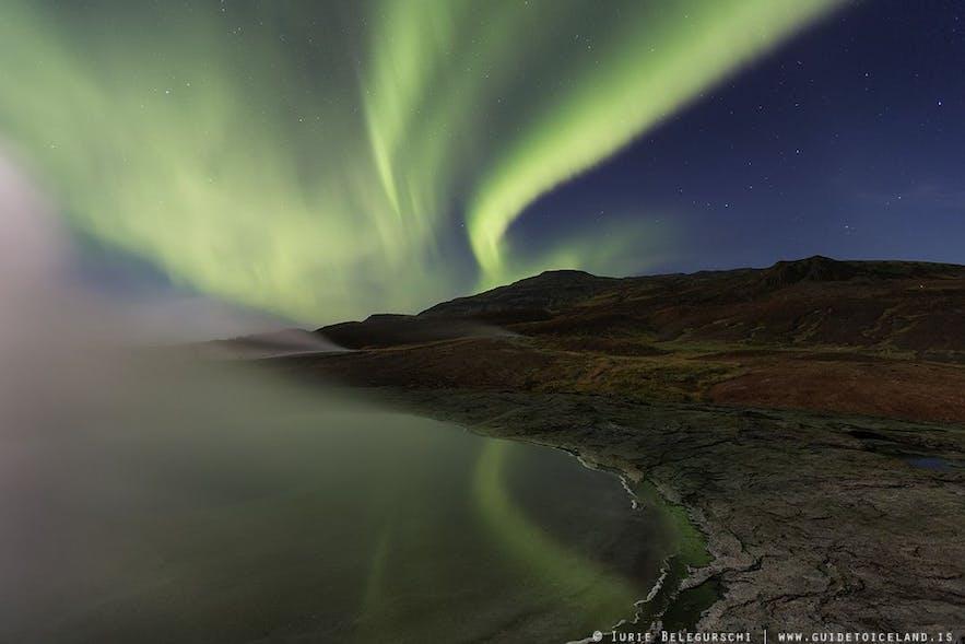 Der Nebel des Gewässers kreiert eine mythische Atmosphäre für dieses Nordlichter-Foto