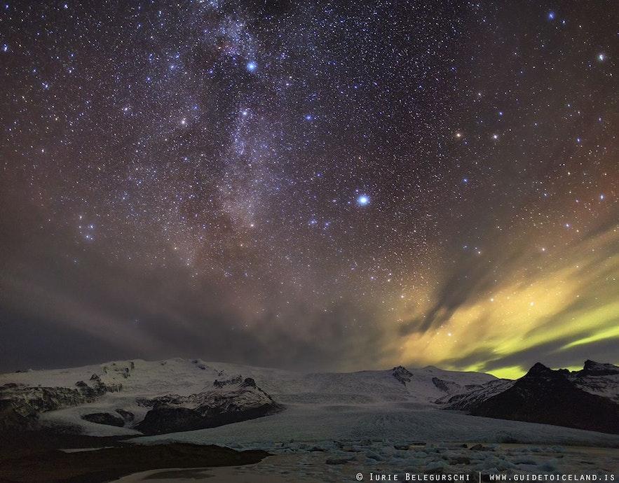 Mit den richtigen Kameraeinstellungen und klarem Himmel kannst du die Milchstraße mit den Nordlichtern zusammen aufnehmen