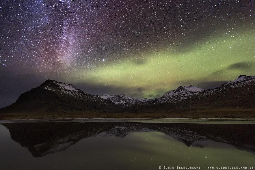 水面に映る山の姿も美しいアイスランドのオーロラ写真