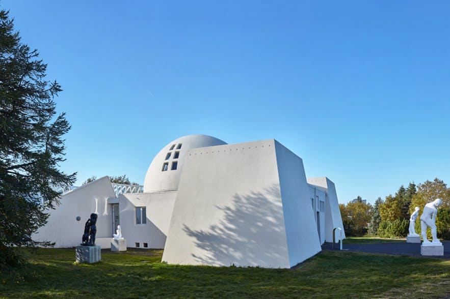 아이슬란드 예술가의 작품을 전시하는 미술관이 뢰이가르달뤼르 공원 내에 자리잡고 있습니다.