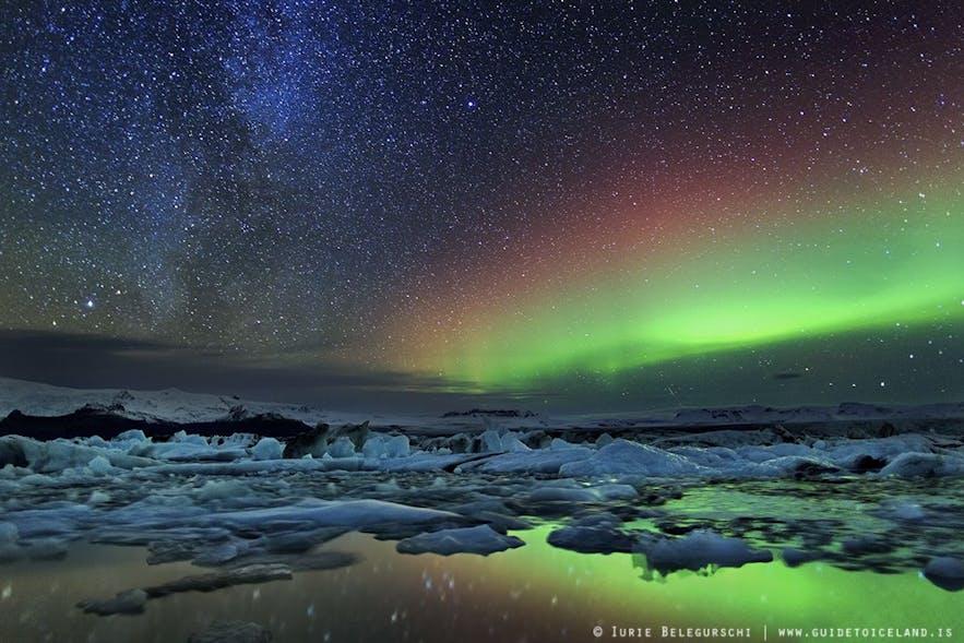 Blocs de glace de Jokulsarlon, voie lactée et aurores polaires