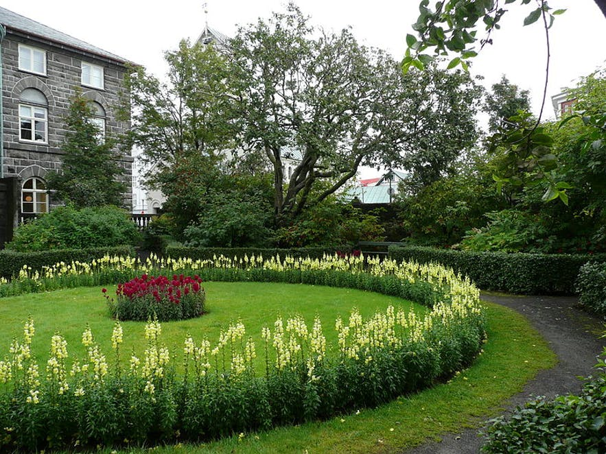 아이슬란드의 의회 알씽기에 접해있는 알씽기사가르뒤린 공원