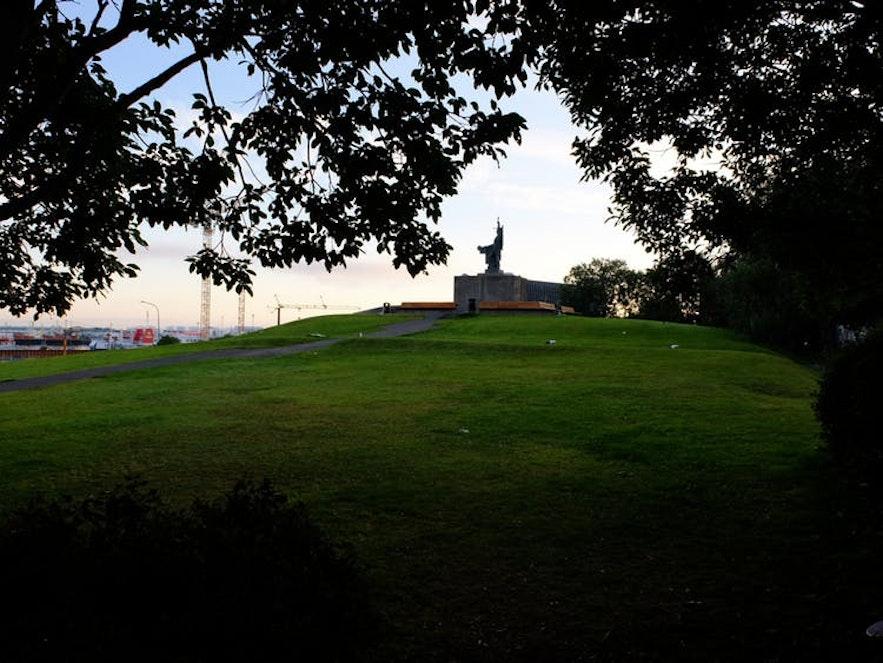 레이캬비크 언덕에 위치한 아르나르홀 공원