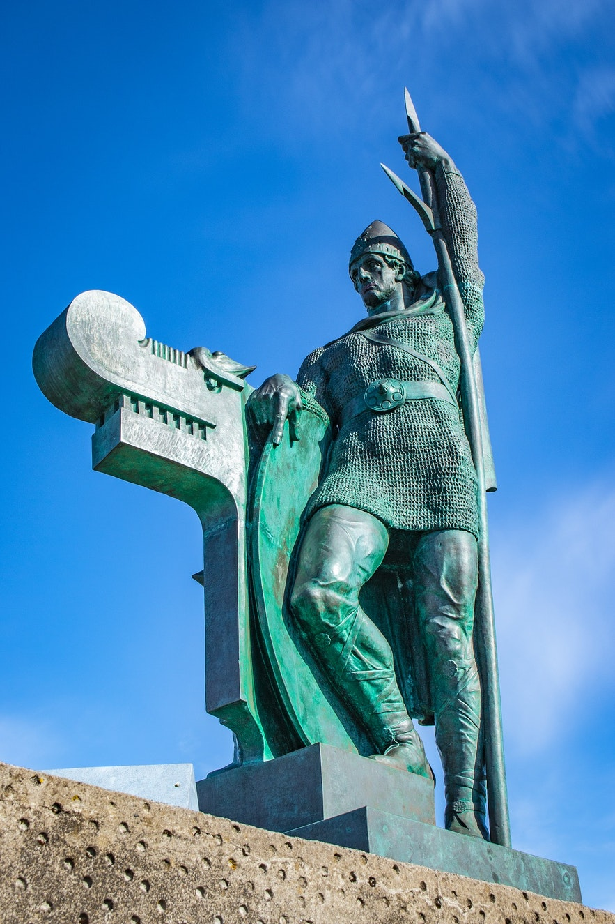 아르나르홀 공원의 잉골퓌르 아르나르손 동상