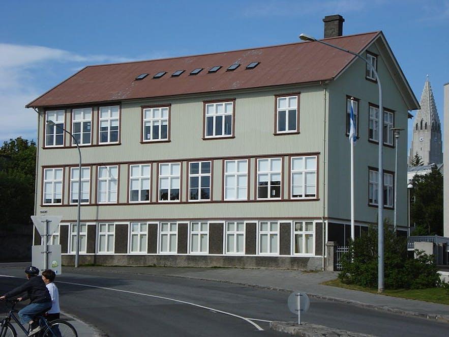 在Einarsgarður公园附近的冰岛师范学院
