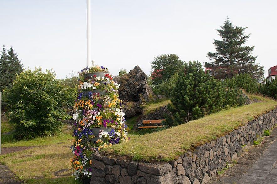 传说中的冰岛小精灵就住在Hellisgerdi公园中