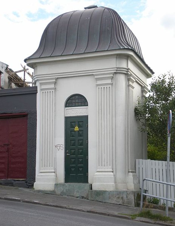 Mæðragarðurinn has an old electricity generator next to it.