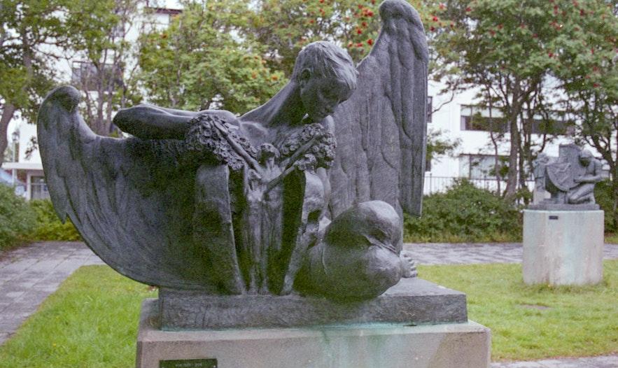 에이나르 욘손의 조각공원은 레이캬비크에서 꼭 들러봐야 할 멋진 곳이에요.