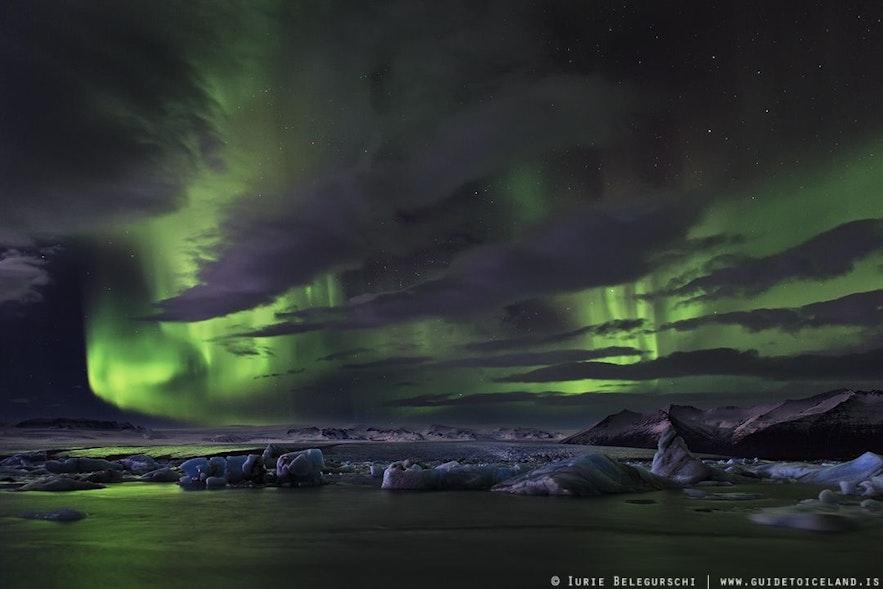 On peut aussi voir des aurores boréales en Islande quand il y a quelques nuages