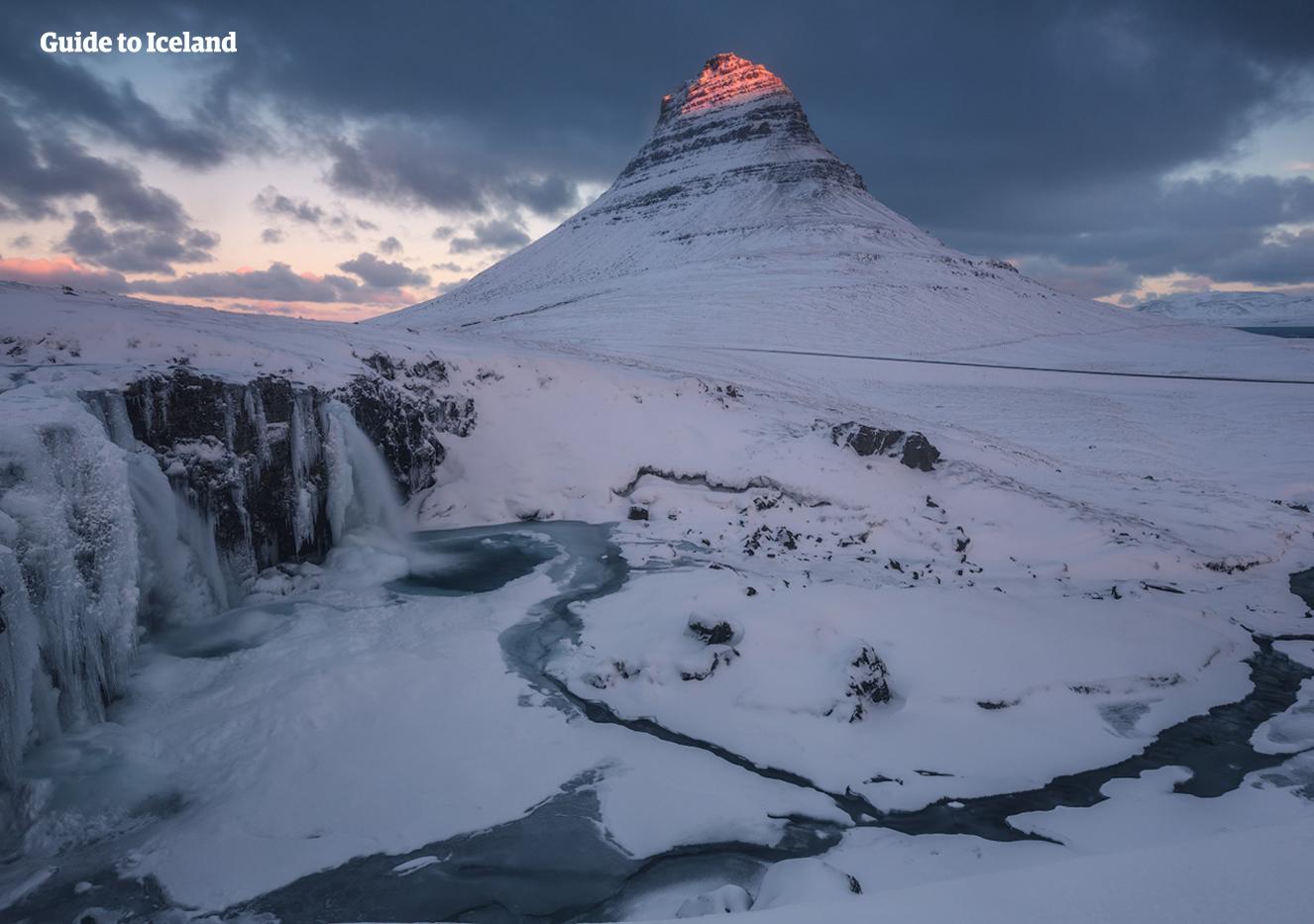 Op het schiereiland Snæfellsnes in IJsland ligt de berg Kirkjufell, die hier in de winter is gefotografeerd.