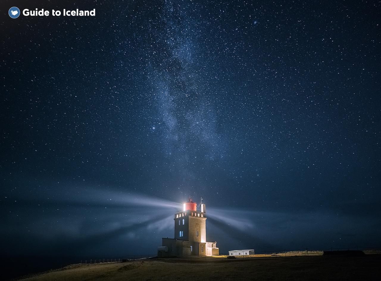 Du kan finne ulike fyr rundt kysten av Island, men de er bare til nytte om vinteren på grunn av midnattssolen om sommeren.