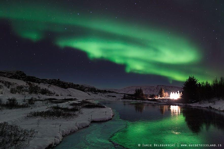 Um die Nordlichter einzufangen benötigst du eine längere Belichtungszeit, weshalb die Lichter des Gebäudes hier so hell erscheinen