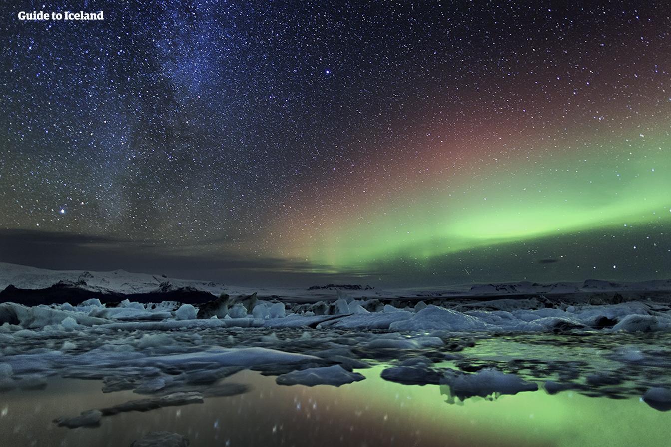 巨型冰块在杰古沙龙冰河湖的上空漂流。