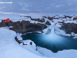 Aldeyarfoss ist ein Wasserfall zwischen Nordisland und dem Hochland, der auch im Winter zugänglich ist.