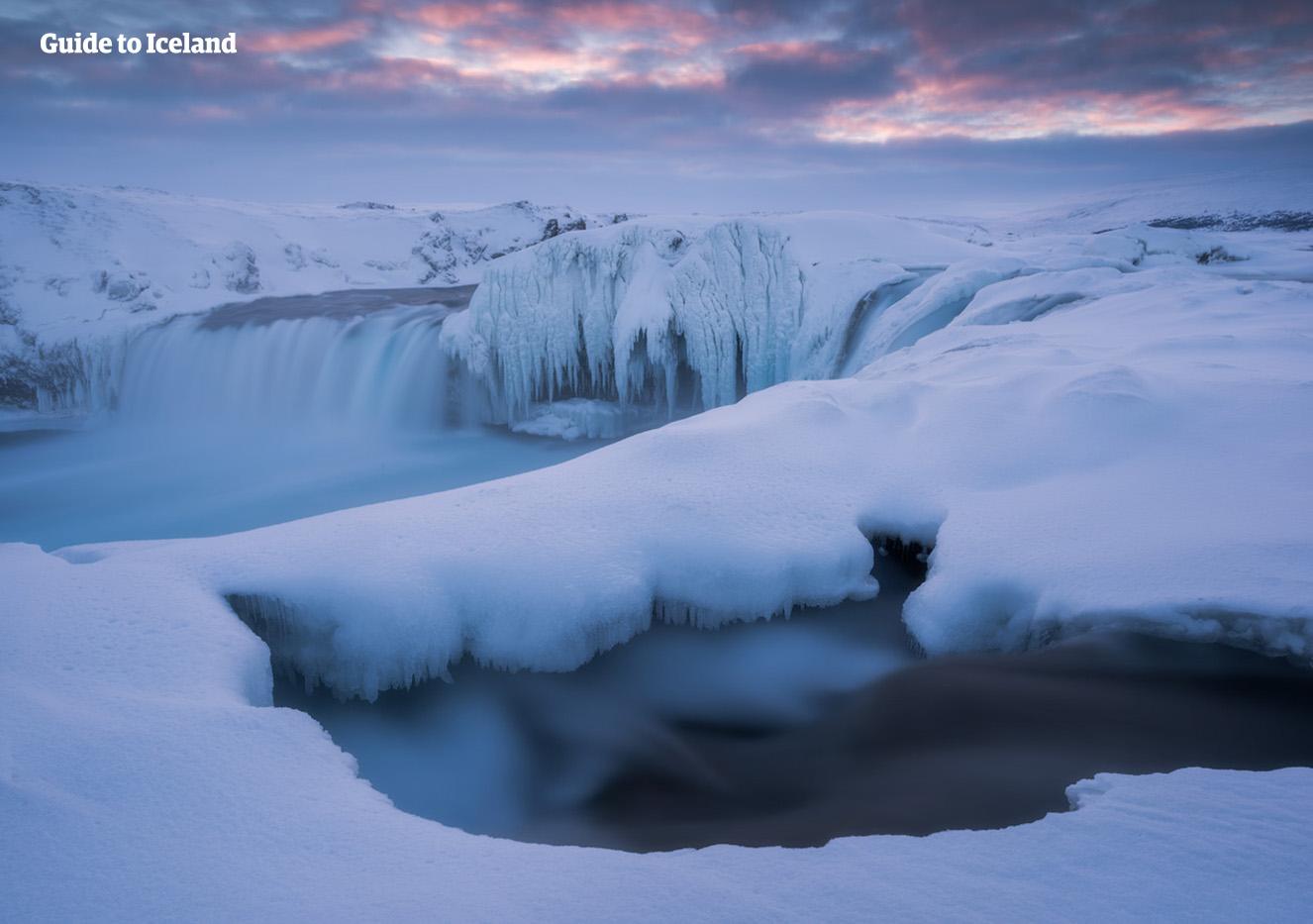 아이슬란드 북부의 수도 아큐레이리 주변으로는 겨울에 더욱 빛나는 폭포가 많이 있습니다.