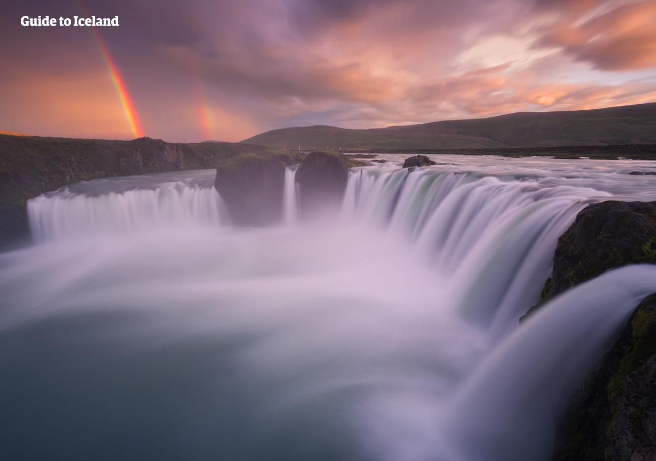 Goðafoss众神瀑布是冰岛北部最著名的瀑布之一
